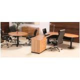 mesas redondas para reunião na Luz